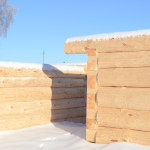 Строящийся сруб из зимнего леса