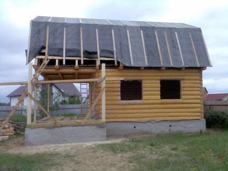 Сруб дома 5 на 5 с верандой и ломанной крышей