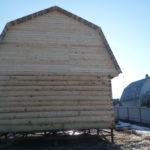 Сруб дома 6 на 8 метров с ломанной крышей